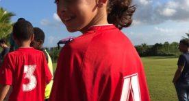 Lya est prête pour participer au tournoi du Sporting Club.